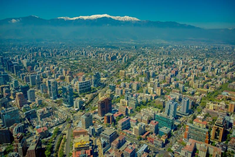 圣地亚哥出色的意见有一座多雪的山的在从塞罗观看的horizont圣克里斯托瓦尔,智利 库存照片
