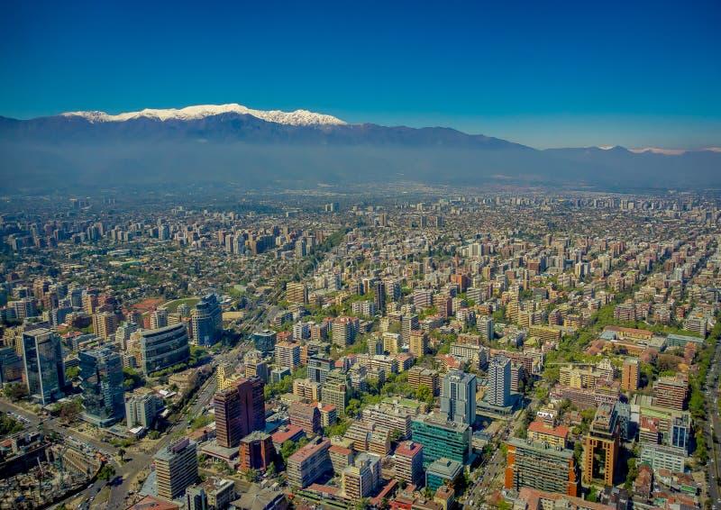 圣地亚哥出色的意见有一座多雪的山的在从塞罗观看的horizont圣克里斯托瓦尔,智利 免版税图库摄影