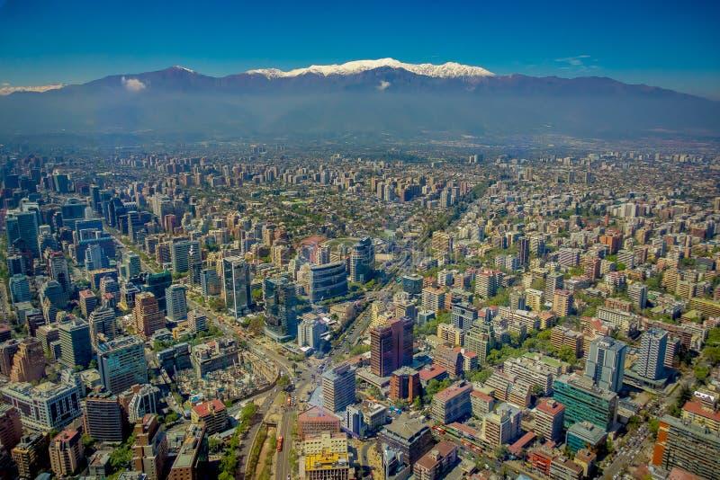 圣地亚哥出色的意见有一座多雪的山的在从塞罗观看的horizont圣克里斯托瓦尔,智利 免版税库存图片