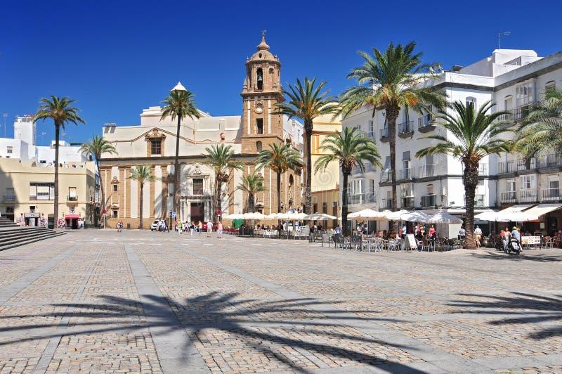 圣地亚哥教会和路面咖啡馆在大教堂广场,卡迪士,安达卢西亚,西班牙,西欧 免版税库存照片