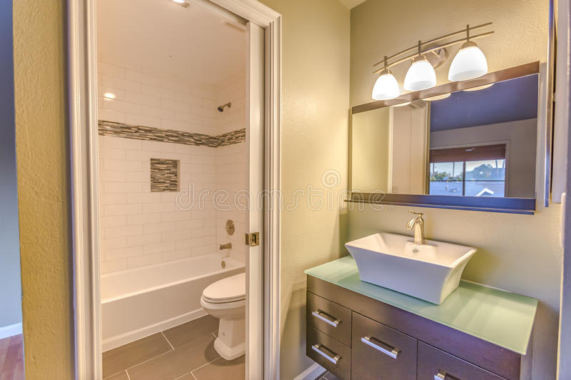 圣地亚哥连栋房屋的现代卫生间 免版税库存图片
