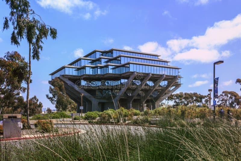 圣地亚哥,加利福尼亚,美国- 2017年4月3日:对Geisel图书馆的路,加州大学圣地亚哥分校的中央图书馆 库存图片
