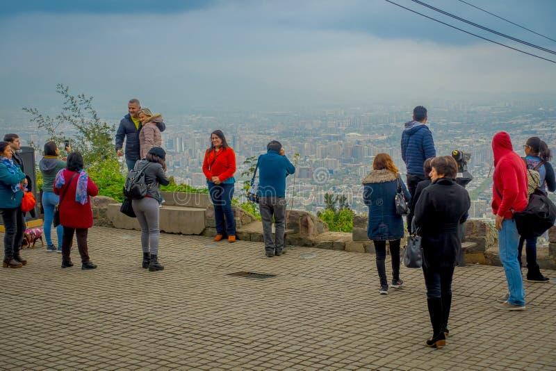 圣地亚哥,智利- 2018年10月16日:享受从塞罗圣克里斯托瓦尔的小组游人出色的意见在圣地亚哥de 免版税库存照片