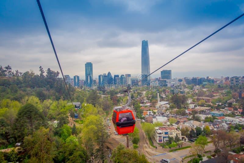 圣地亚哥,智利- 2018年10月16日:在圣克里斯托瓦尔小山的电车,忽略圣地亚哥de智利一幅全景  免版税库存图片