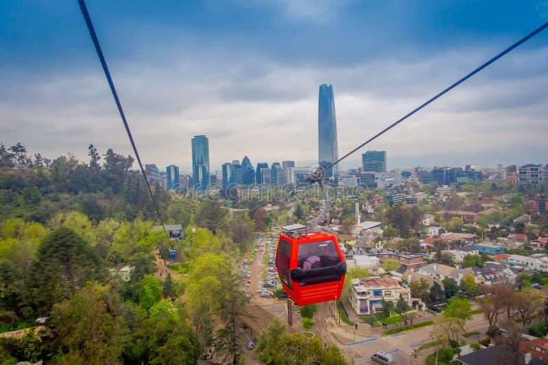 圣地亚哥,智利- 2018年10月16日:在圣克里斯托瓦尔小山的电车,忽略圣地亚哥de智利一幅全景  免版税库存照片