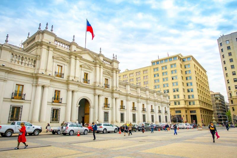 圣地亚哥,智利- 2018年9月14日:走在帕拉西奥de la莫内达前面的室外观点的人在圣地亚哥de 免版税库存照片