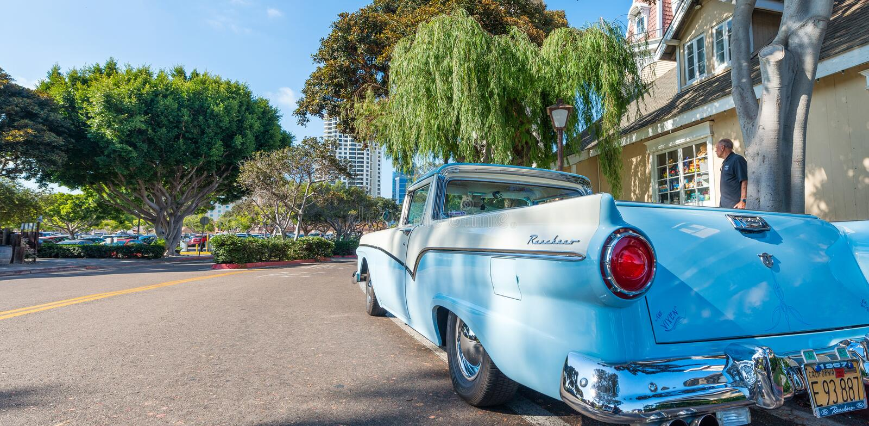 圣地亚哥- 2017年7月29日:沿城市街道的老葡萄酒汽车 S 免版税库存照片