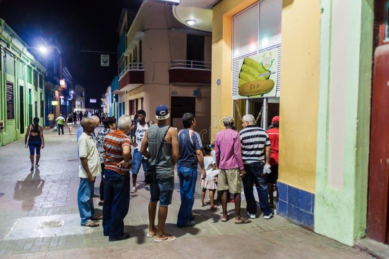 圣地亚哥-德古巴,古巴- 2016年1月31日:等待在队列的人们ar面包在步行区域在Aguiler 库存图片