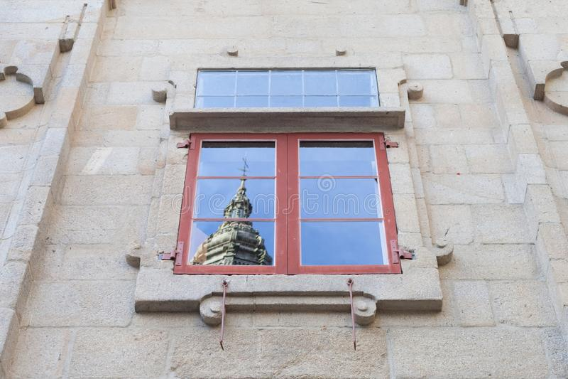 圣地亚哥-德孔波斯特拉大教堂在窗口里 免版税库存图片