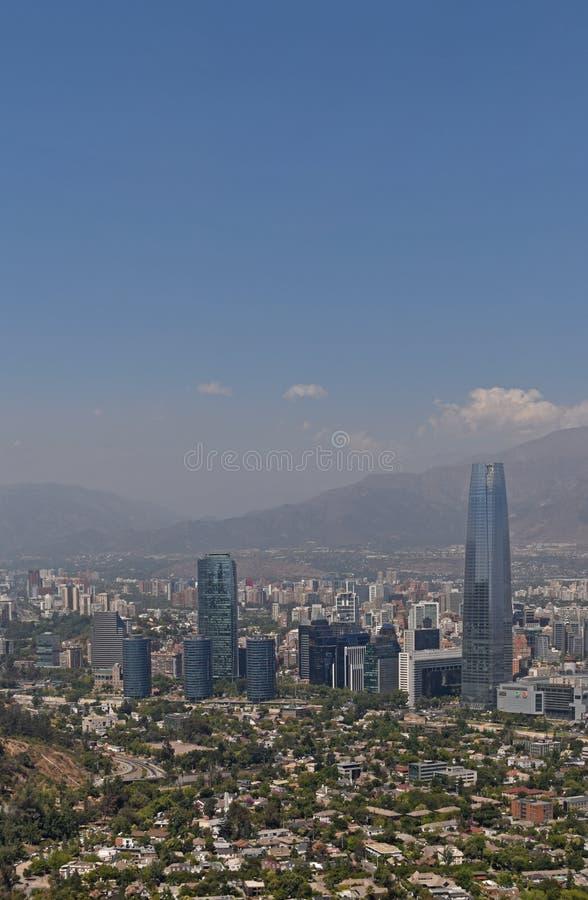 圣地亚哥de chile市鸟瞰图从圣克里斯托瓦尔小山观点 免版税库存图片