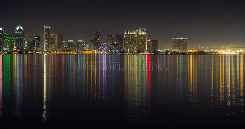 圣地亚哥dowtown地平线,夜水反射 免版税库存照片