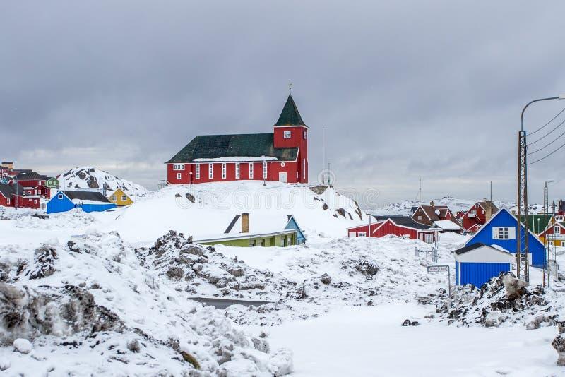 圣地充分教会和因纽特人村庄雪、西西缪特& x28;Holsteinsborg& x29;格陵兰 免版税库存照片