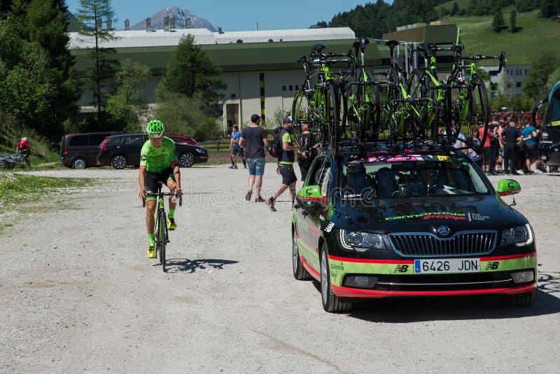 圣坎迪多,意大利2017年5月26日:专业骑自行车者达维德Fromolo, Cannondale Drapac队,在从公共汽车的途中到开始 库存图片