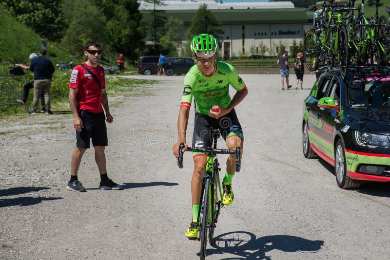 圣坎迪多,意大利2017年5月26日:专业骑自行车者达维德Fromolo, Cannondale Drapac队,在从公共汽车的途中到开始 库存照片
