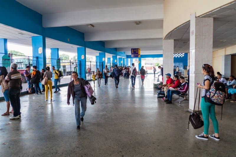 圣塔克拉拉,古巴- 2016年2月12日:一公交车站的在圣塔克拉拉,Cub人们 库存照片