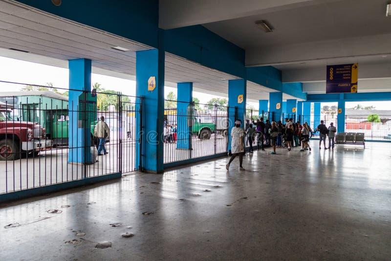 圣塔克拉拉,古巴- 2016年2月12日:一公交车站的在圣塔克拉拉,Cub人们 免版税图库摄影