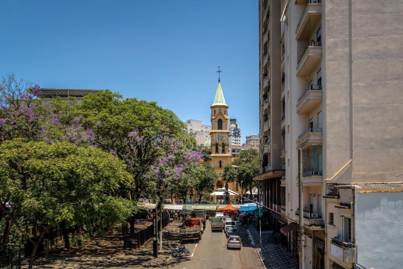 圣塔切奇利娅从叫作Minhocao Elevado Presidente若昂戈拉特-圣保罗的高的高速公路的教会视图,巴西 免版税库存照片