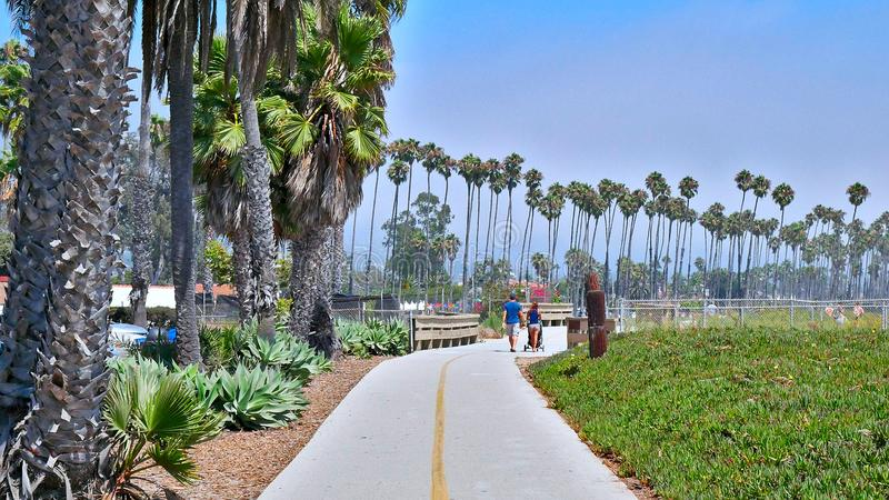 圣塔巴巴拉海岸线有棕榈树的海滩道路 免版税图库摄影