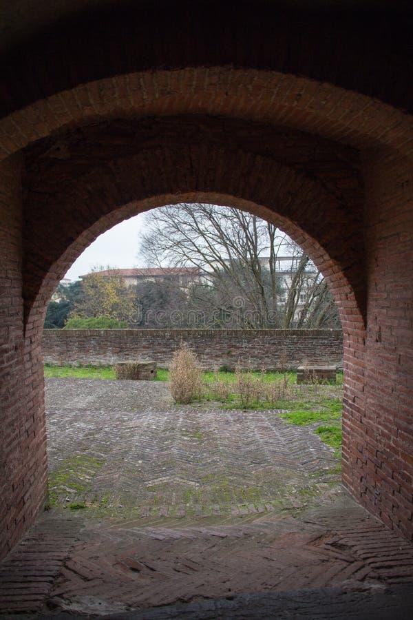 从圣塔巴巴拉Medici堡垒隧道的看法  皮斯托亚 托斯卡纳 意大利 图库摄影