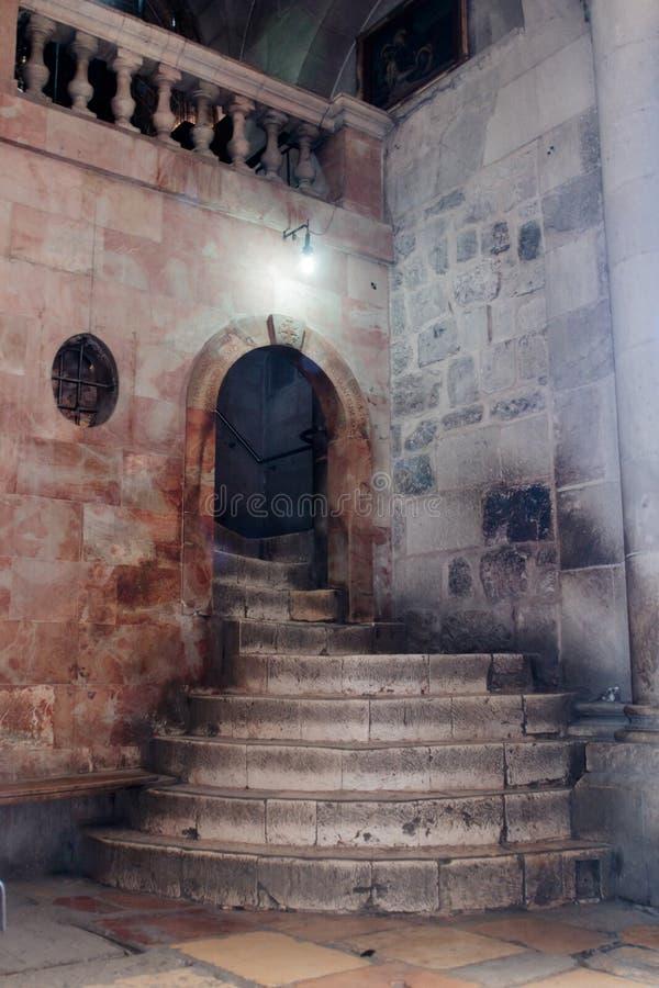 圣墓教堂的内部的片段在耶路撒冷,以色列 对Golgotha的步 免版税库存图片