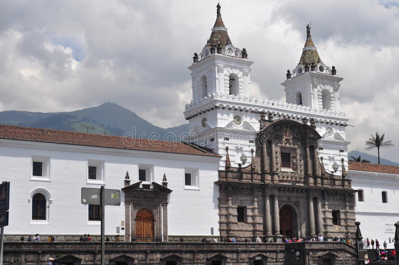 圣多明哥教会在街市基多 免版税库存照片