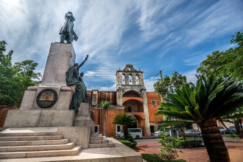圣多明哥的老部分的Parque杜瓦特在背景中告诉了Zona殖民地居民,有殖民地大厦的 图库摄影