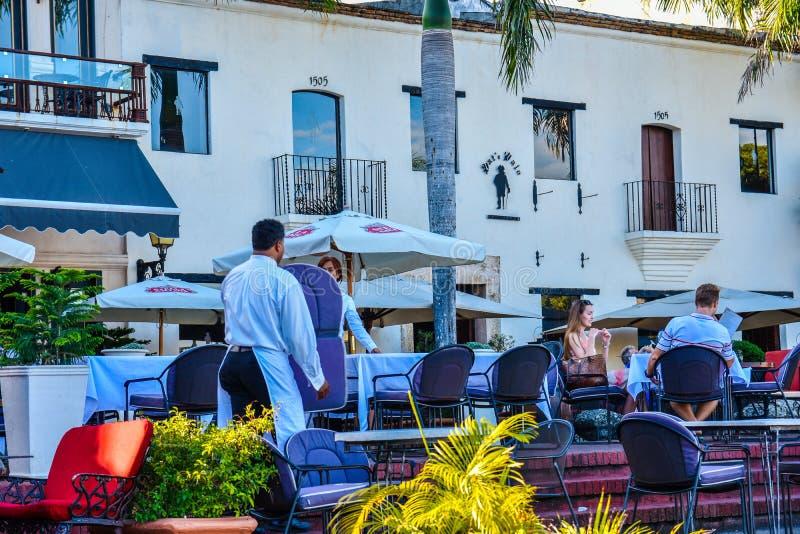 圣多明哥,多米尼加共和国 著名地方在西班牙正方形的Las Atarazanas与有名望的餐馆 库存照片