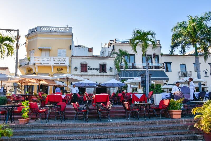 圣多明哥,多米尼加共和国 著名地方在西班牙正方形的Las Atarazanas与有名望的餐馆 免版税图库摄影