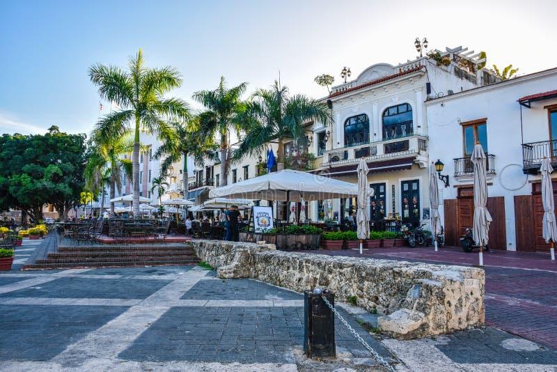 圣多明哥,多米尼加共和国 著名地方在西班牙正方形的Las Atarazanas与有名望的餐馆 免版税库存照片