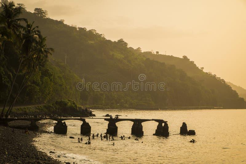 从圣多美海岛农村海岸的日落  免版税库存图片