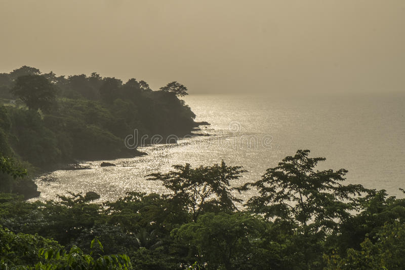 从圣多美海岛农村海岸的日落  库存照片