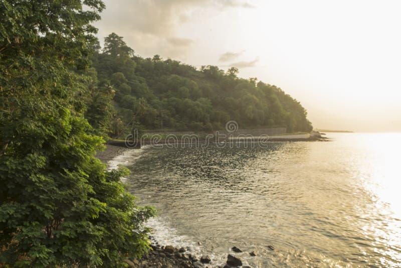 从圣多美海岛农村海岸的日落  库存图片