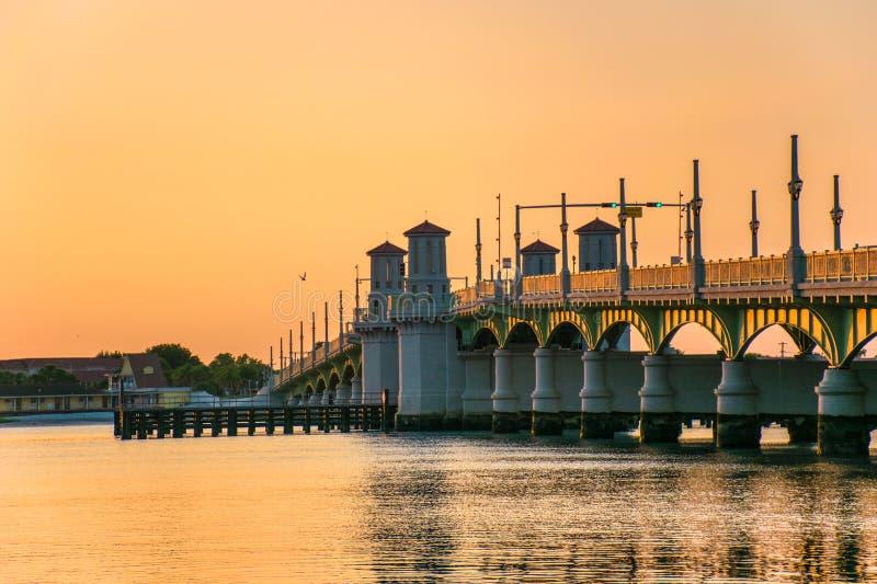 圣奥斯丁,佛罗里达,狮子FL桥梁在日出的 免版税库存照片