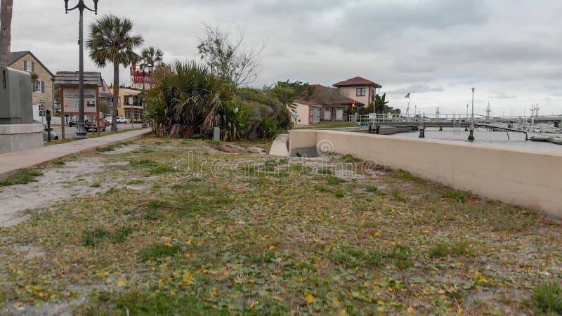 圣奥斯丁, FL - 2018年4月9日:在多云d的空中城市视图 免版税库存图片