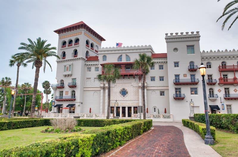 圣奥斯丁,FL - 2018年4月8日:弗拉格勒学院在一阴天 城市是最老的连续地居住的欧洲人 免版税图库摄影