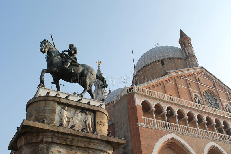 圣安东尼大教堂-与古铜色骑马纪念碑的一个看法致力了Gattamelata -意大利 免版税图库摄影