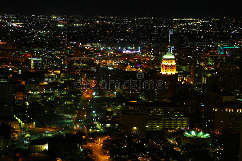圣安东尼奥市中心鸟瞰图在晚上 库存图片