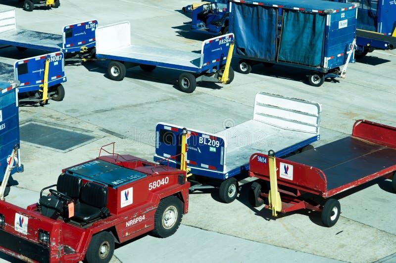 圣安东尼奥机场-在舷梯的行李推车 免版税库存照片
