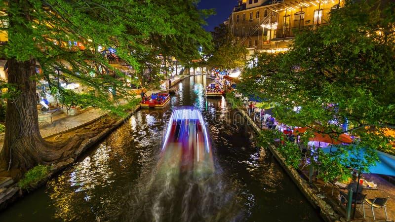 圣安东尼奥河步行在晚上在圣安东尼奥,得克萨斯 免版税库存图片