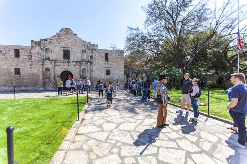 圣安东尼奥,得克萨斯- 2018年3月2日-人们在线得到参观历史白杨使命,建立famou的1718年和站点 库存照片