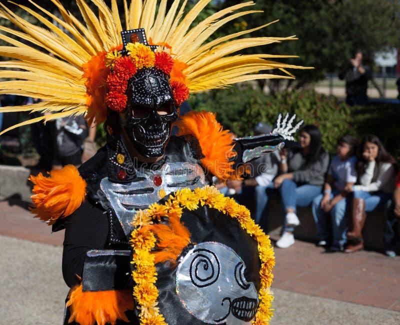 圣安东尼奥,得克萨斯- 2017年10月29日-被掩没的男服羽毛deaddress,并且服装跳舞在Dia de Los Mu的庆祝 库存图片