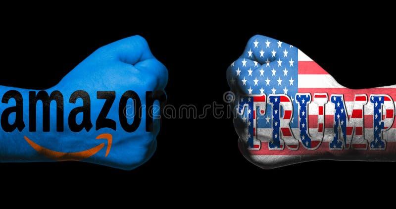 圣安东尼奥, TX - 2018年4月9日-亚马逊商标和王牌与在两绘的美国旗子握紧了面对彼此/概念的拳头co 免版税库存图片