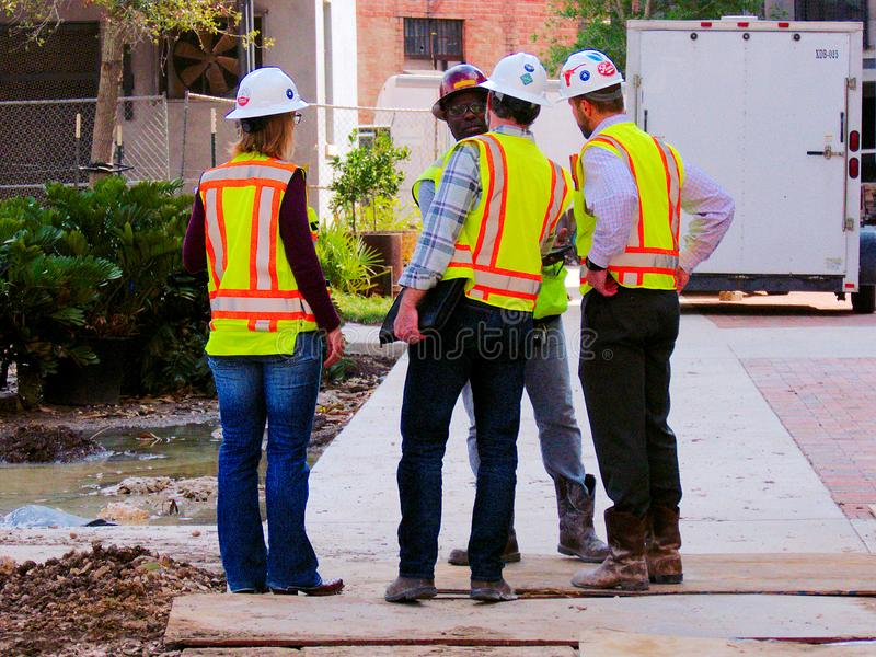 圣安东尼奥,TX - 2017年3月6日:橙色工作背心的建筑经理 免版税库存图片