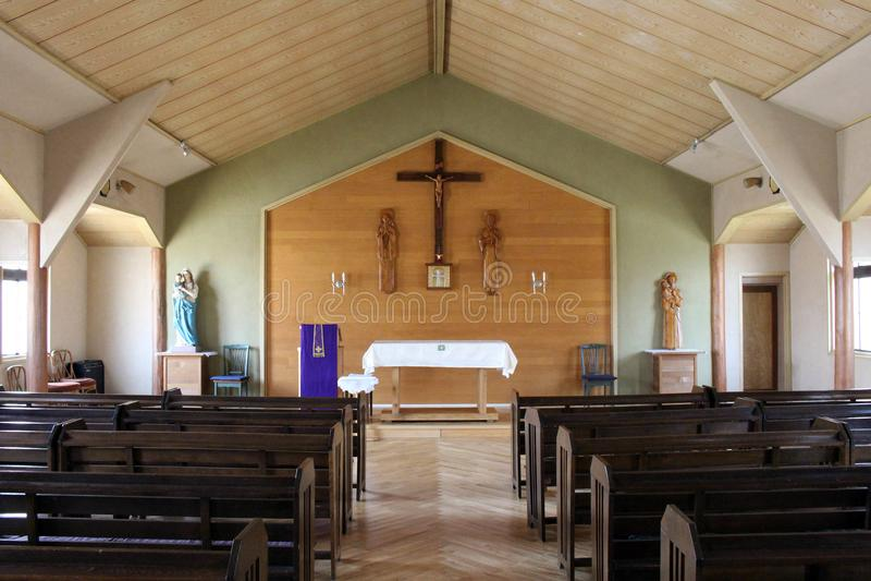 `圣安东尼`天主教在日光 一个简单的木教会 采取在日光, 库存图片