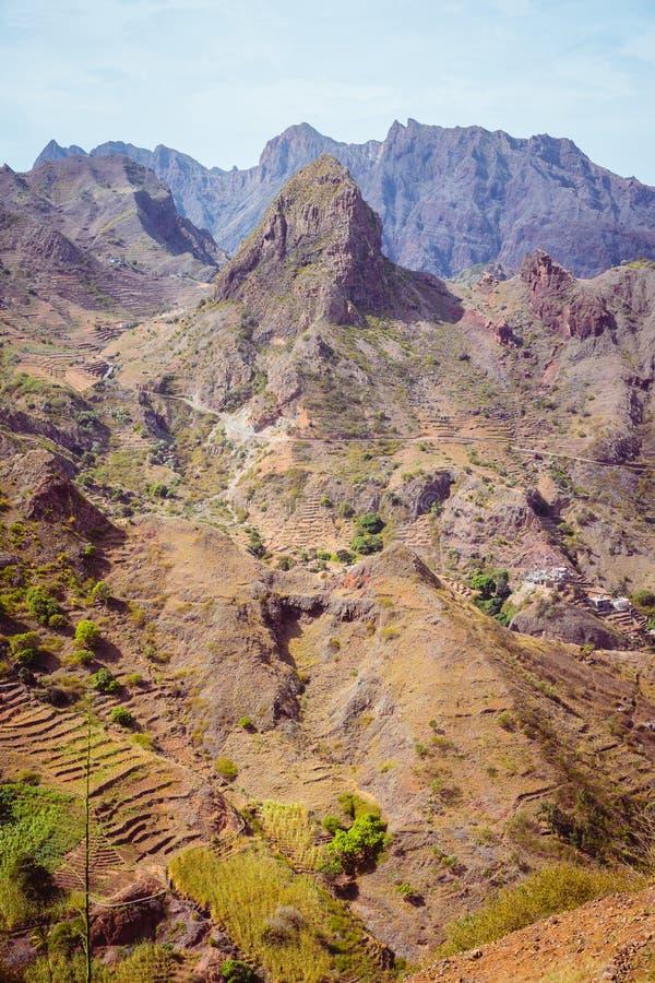 圣安唐岛海岛,佛得角 在干燥气候风景的惊人的巨大的贫瘠山岩石 库存照片