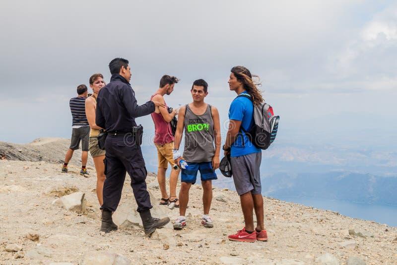 圣安娜,萨尔瓦多- 2016年4月5日:强制警察护送和游人的成员圣安娜外缘的  免版税库存照片