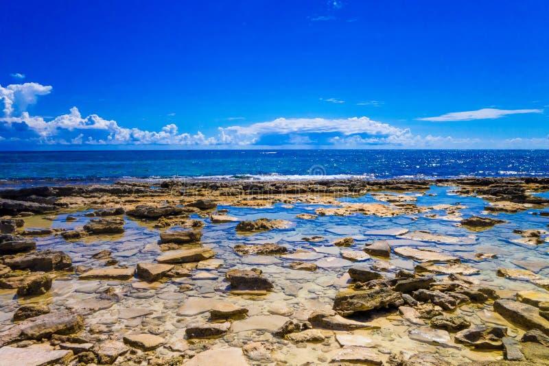 圣安德烈斯岛惊人的美丽的景色从约翰尼岩礁的在一个华美的晴天在圣安德烈斯,哥伦比亚 免版税库存照片