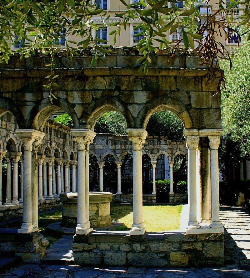 圣安德鲁古色古香的修道院的哥特式曲拱的看法  免版税库存图片