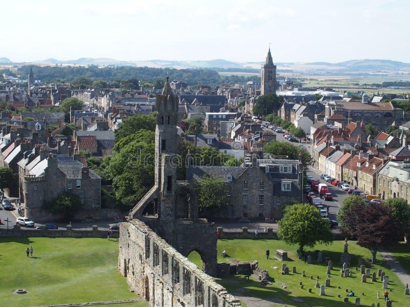 圣安德鲁斯市在苏格兰有在哥特式大教堂废墟的看法  免版税库存图片
