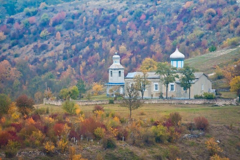 圣尼古拉斯东正教教会和古老公墓在村庄斯蒂娜,文尼察州地区,乌克兰,在一个有薄雾的秋天早晨 库存照片